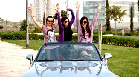 Anhaltender Sommer-Trend: Cabrio-Frauen sind IN, Geländewagen wirken reizlos